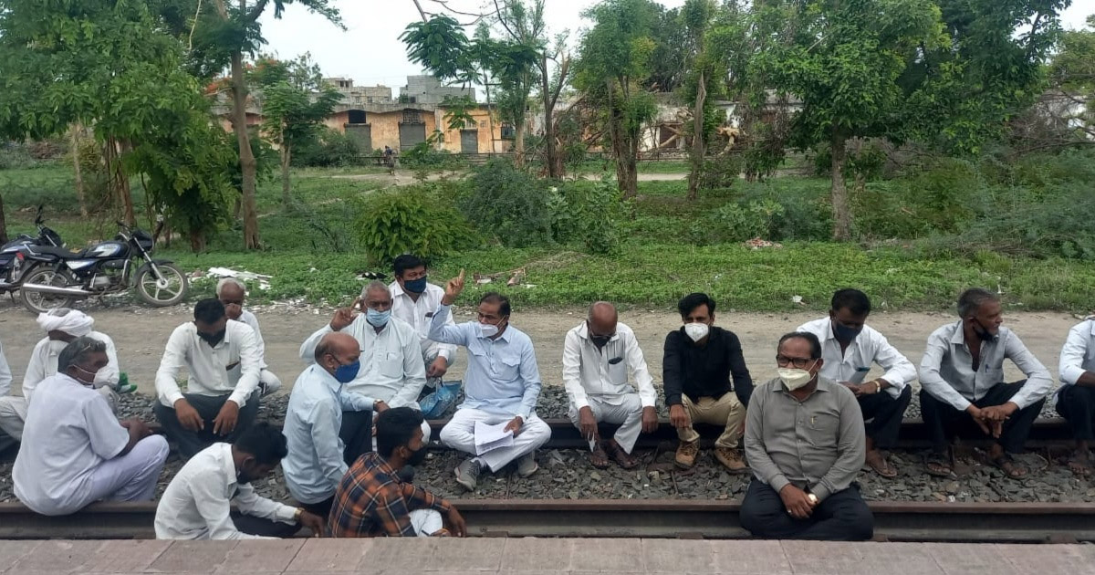 http://www.meranews.com/backend/main_imgs/rail_una-congress-mla-ambrish-der-mla-punjabhai-vansh-railway_0.jpg?34?44?43