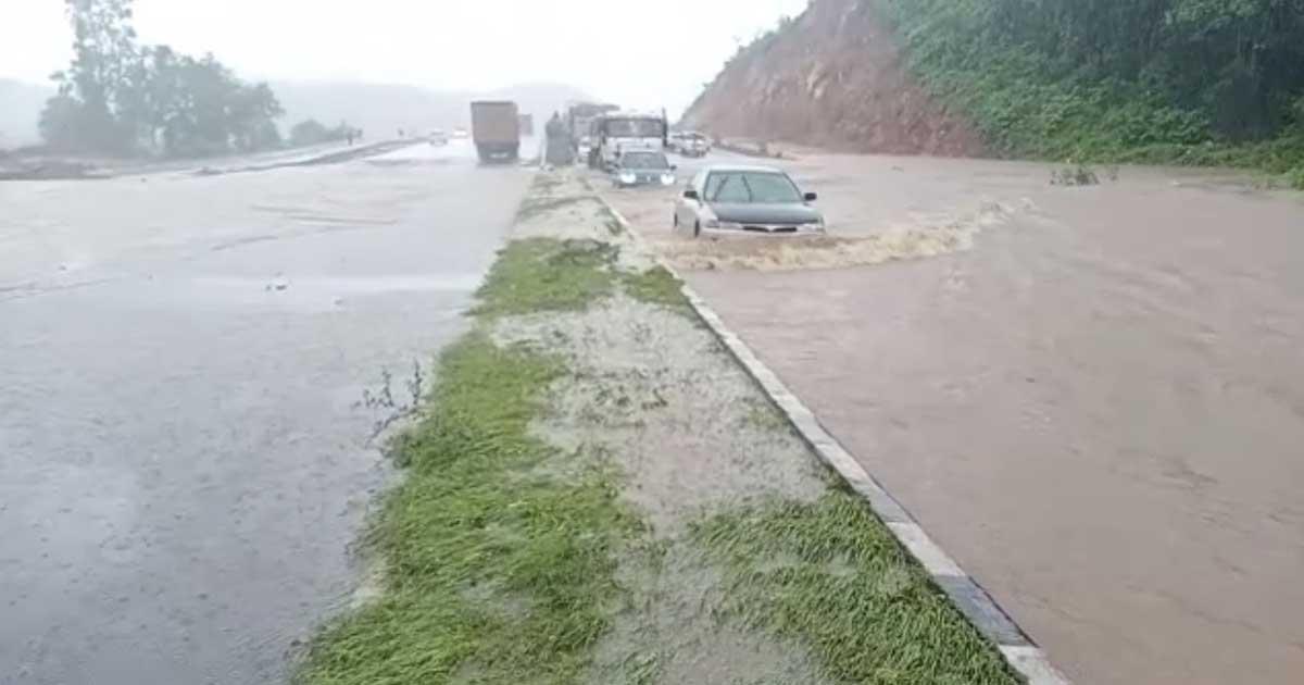 http://www.meranews.com/backend/main_imgs/rain4_gujarat-rain-in-gujarat-heavy-rain-in-gujarat-imd-department_1.jpg?96