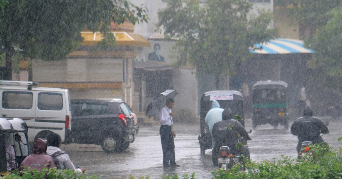 http://www.meranews.com/backend/main_imgs/rain_eight-inch-rains-in-eight-hours-in-surat-schools-declare-ho_0.jpg?99