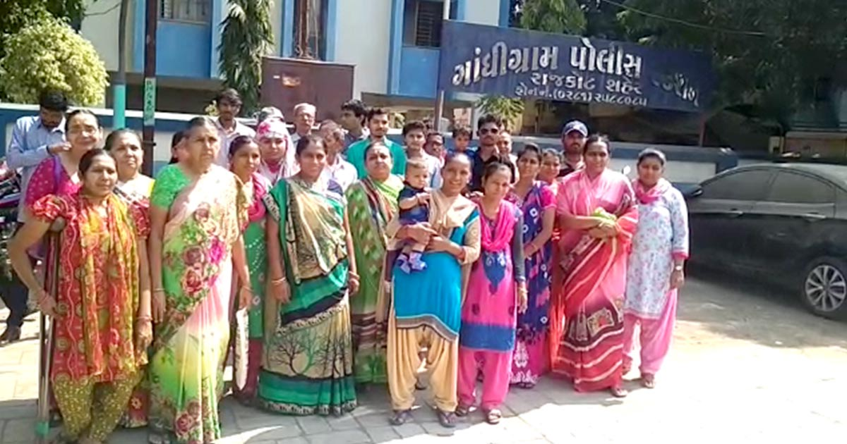 http://www.meranews.com/backend/main_imgs/rajkot-CM-house1_rajkot-twenty-employees-of-mmsy-detained-for-staging-protes_0.jpg