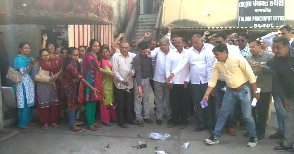http://www.meranews.com/backend/main_imgs/rajkot-talati-protest_rajkot-talatis-on-protest-throw-keys-to-the-ground_0.jpg?100?38