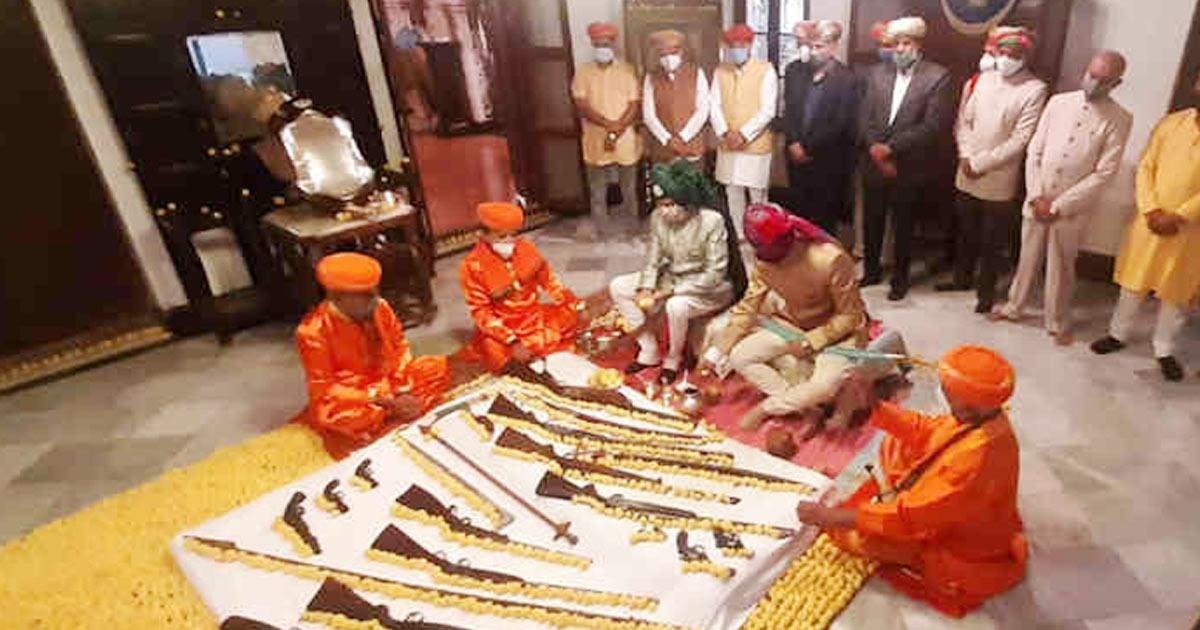 http://www.meranews.com/backend/main_imgs/rajkot1_celebration-of-vijayadashami-with-arms-worship-in-saurashtra_3.jpg?71