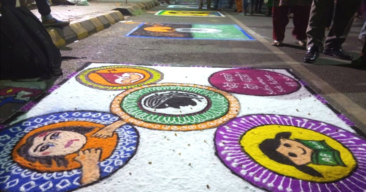 http://www.meranews.com/backend/main_imgs/rangoli_rangoli-making-competition-held-in-rajkot_0.jpg?19