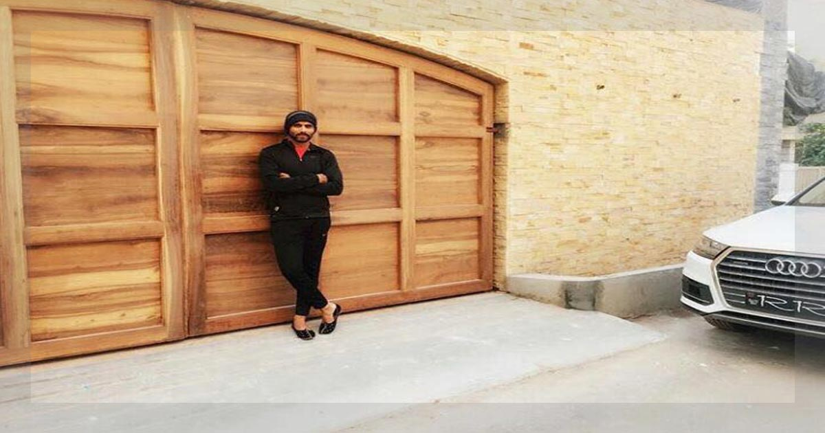 http://www.meranews.com/backend/main_imgs/ravindrajadejaphoto2_why-ravindra-jadeja-gives-cricketer-bungalow-name-to-his-n_0.jpg?95?34?3