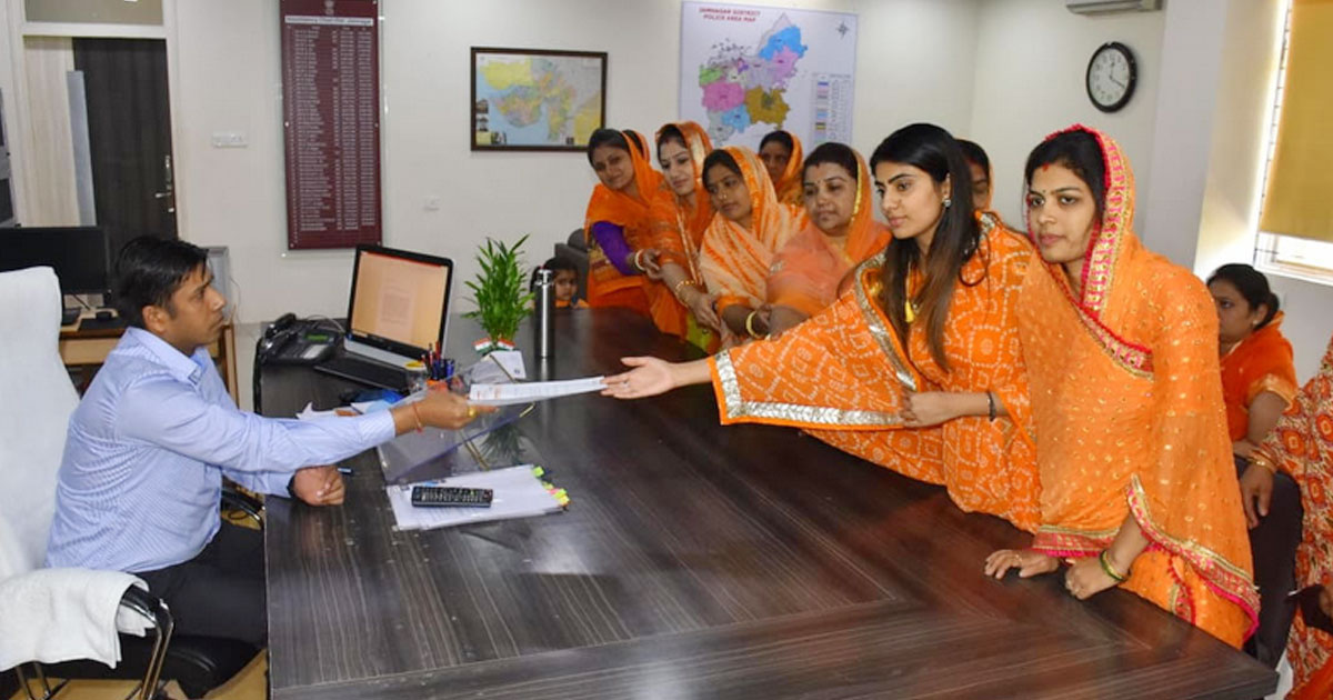 http://www.meranews.com/backend/main_imgs/rivaba-rajkot-meranews_rivaba-reached-at-sp-office-of-jamnagar-read-on-why_0.jpg?61?93