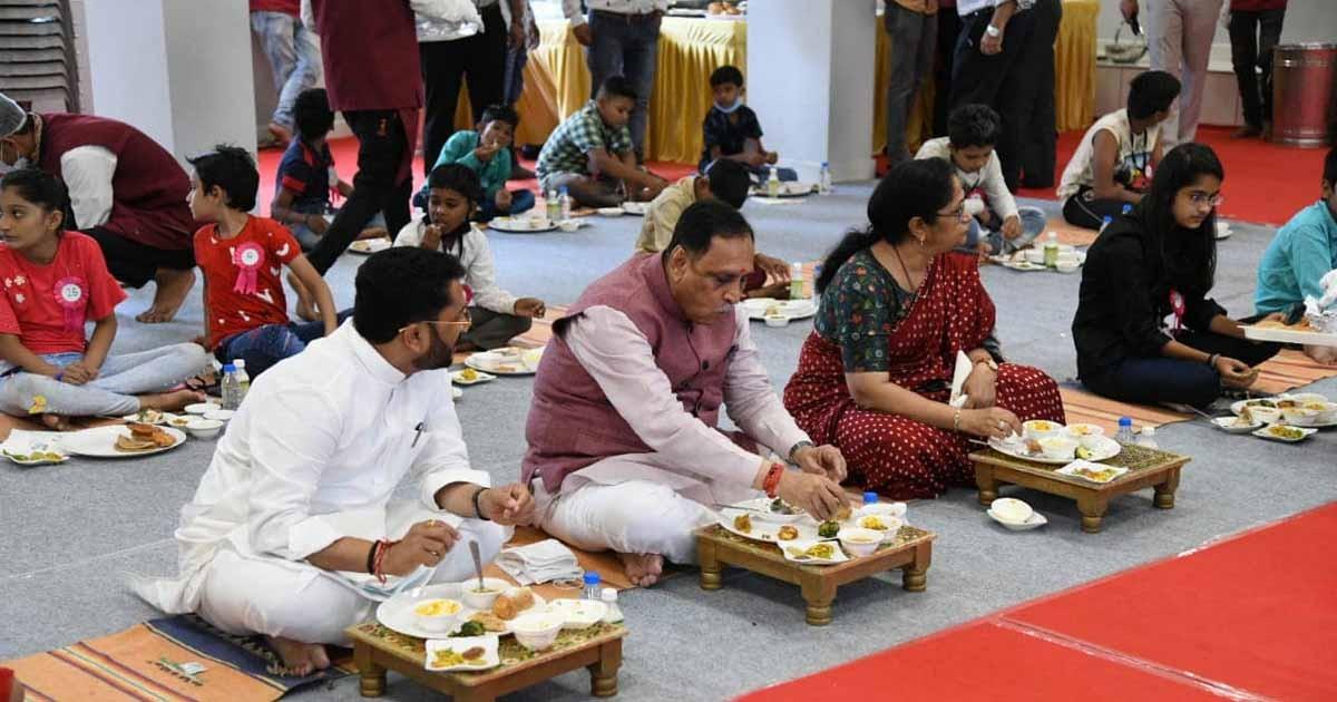 http://www.meranews.com/backend/main_imgs/rupaninews_vijay-rupani-cm-birthday-corona-crisis-parent-loser-child-meals-gujarat-news_1.jpg?89