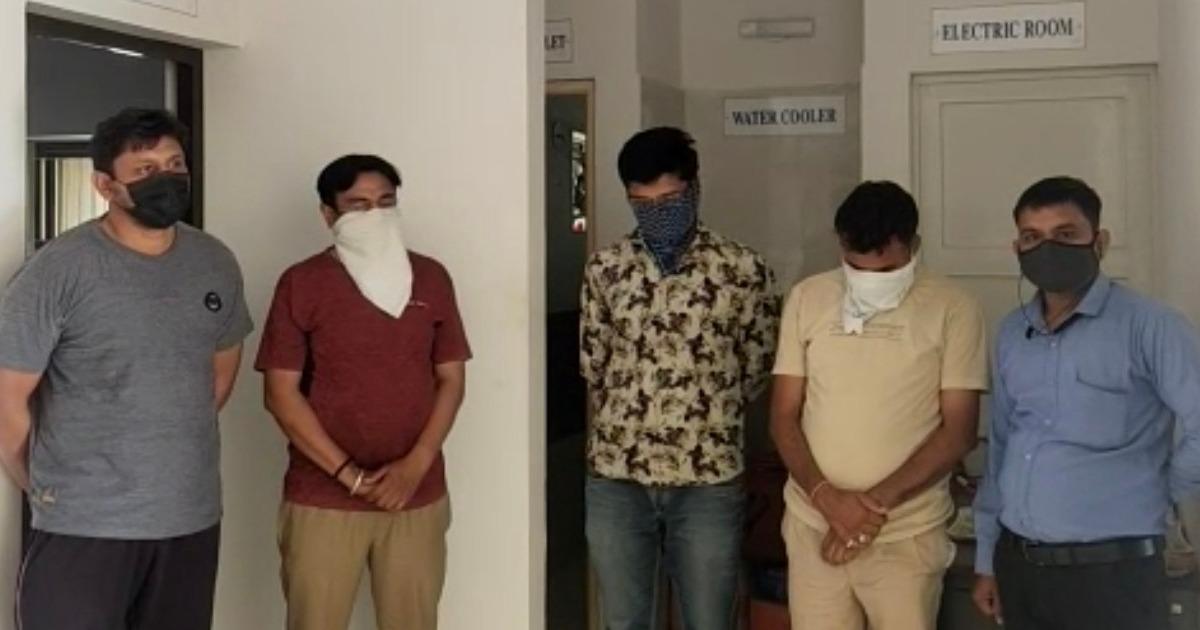 http://www.meranews.com/backend/main_imgs/salestaxInspector_aravalli-lcb-police-salestax-inspector-bribe-case-search-operation-gujarat-police_1.jpg?62?95