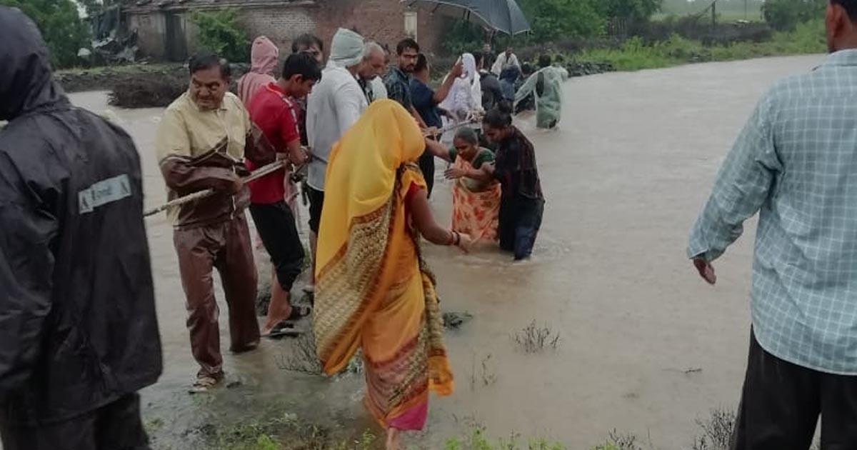 http://www.meranews.com/backend/main_imgs/sarpanchrajkot3_rajkot-sarpanch-and-youth-saved-6-life-rain-in-rajkot-rai_2.jpg?98