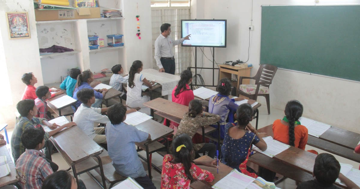 http://www.meranews.com/backend/main_imgs/schoolgujaratgovt2EDUCATION_46-students-left-from-private-school-and-joined-government-s_0.jpg?33