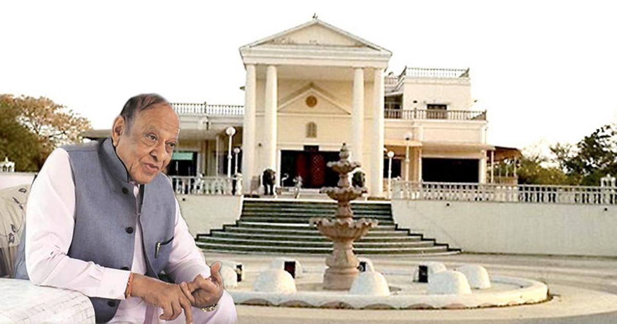 http://www.meranews.com/backend/main_imgs/shankarsingh-vagehla-chori_chowkidar-stolen-money-from-shankersinh-vaghelas-house-vasa_0.jpg?70
