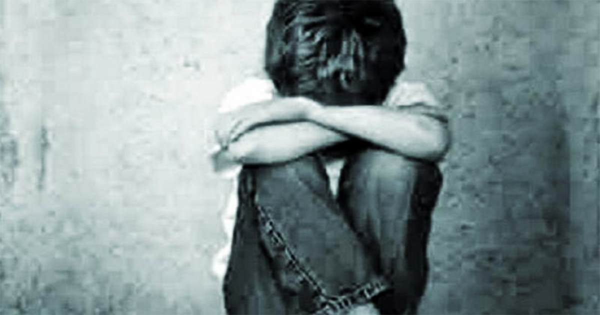 http://www.meranews.com/backend/main_imgs/son_surat-people-hand-over-man-before-could-rape-his-nephew_0.jpg?64