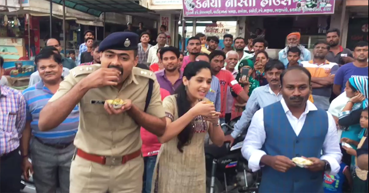 http://www.meranews.com/backend/main_imgs/sp-pakodi1_aravalli-sp-and-other-officials-have-panipuri-at-migrants-s_0.jpg?95
