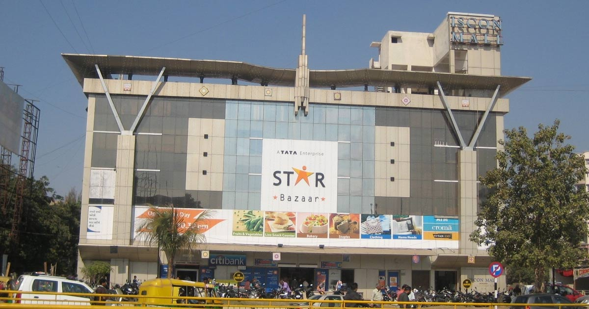 http://www.meranews.com/backend/main_imgs/star-bazar_ahmedabad-amc-seals-star-bazaar-and-4-offices-with-more-tha_0.jpg?41