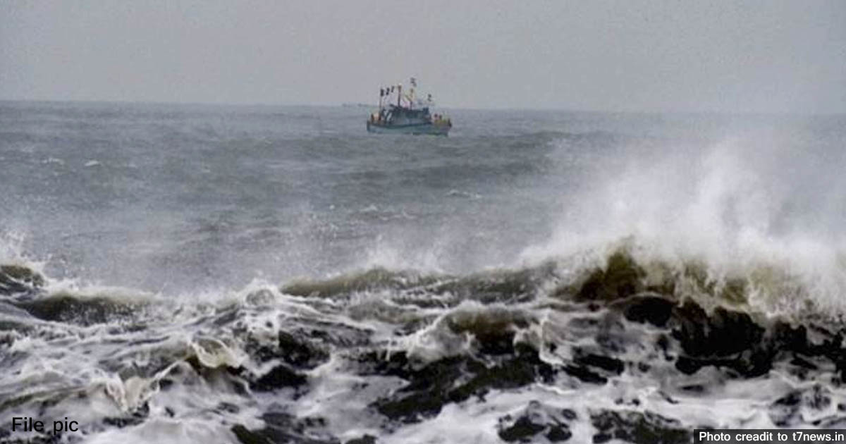 http://www.meranews.com/backend/main_imgs/storminsea_dwarka-7-boats-missing-in-storm-at-arabian-sea-including-f_0.jpg?41?51
