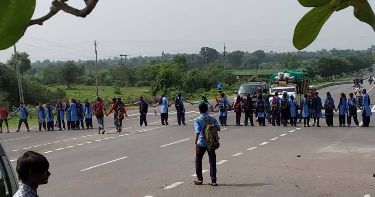 http://www.meranews.com/backend/main_imgs/studentblockedhighway_khedbramha-high-school-student-started-protest-and-blocked_0.jpg?54