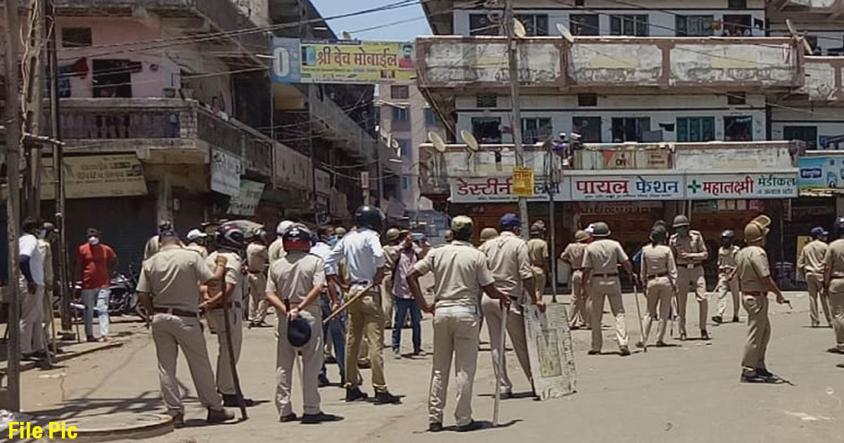http://www.meranews.com/backend/main_imgs/surat_surat-migrant-workers-gujarat-police-throw-stones-lockdown_0.jpg?39