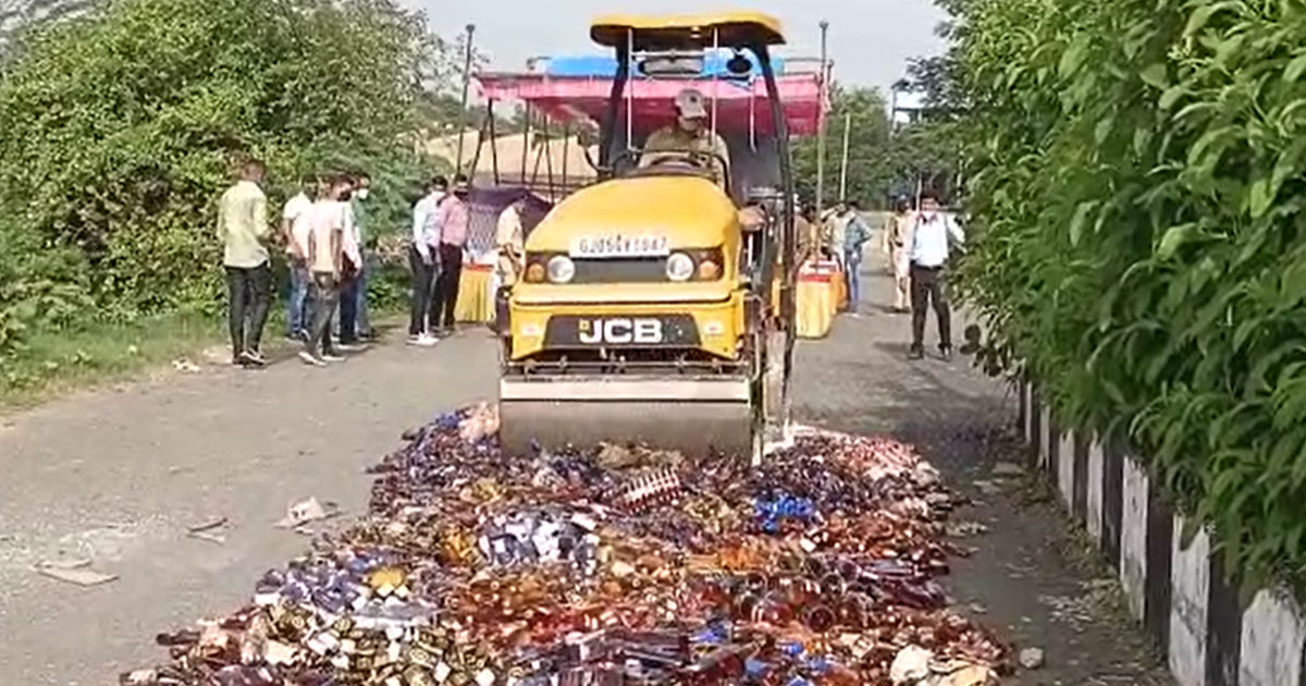 http://www.meranews.com/backend/main_imgs/suratliquor_video-of-surat-police-destroy-liquor-worth-rs-55-lakh_0.jpg?64