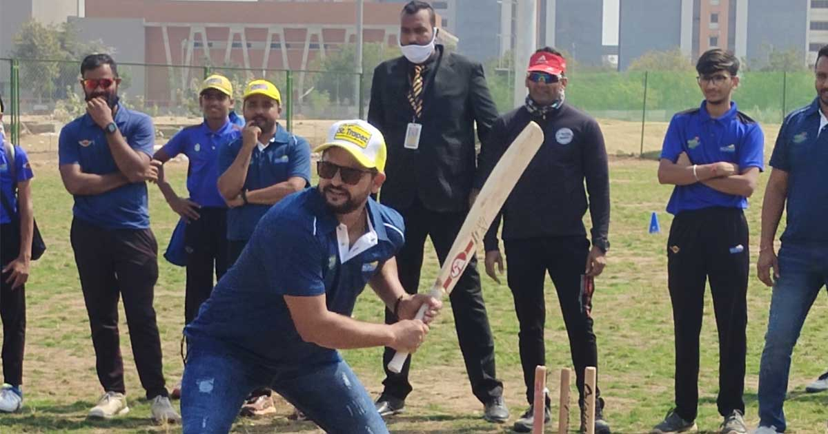 http://www.meranews.com/backend/main_imgs/suresh_ms-dhoni-suresh-raina-ahmedabad-ms-dhoni-cricket-academy_1.jpg?23?73