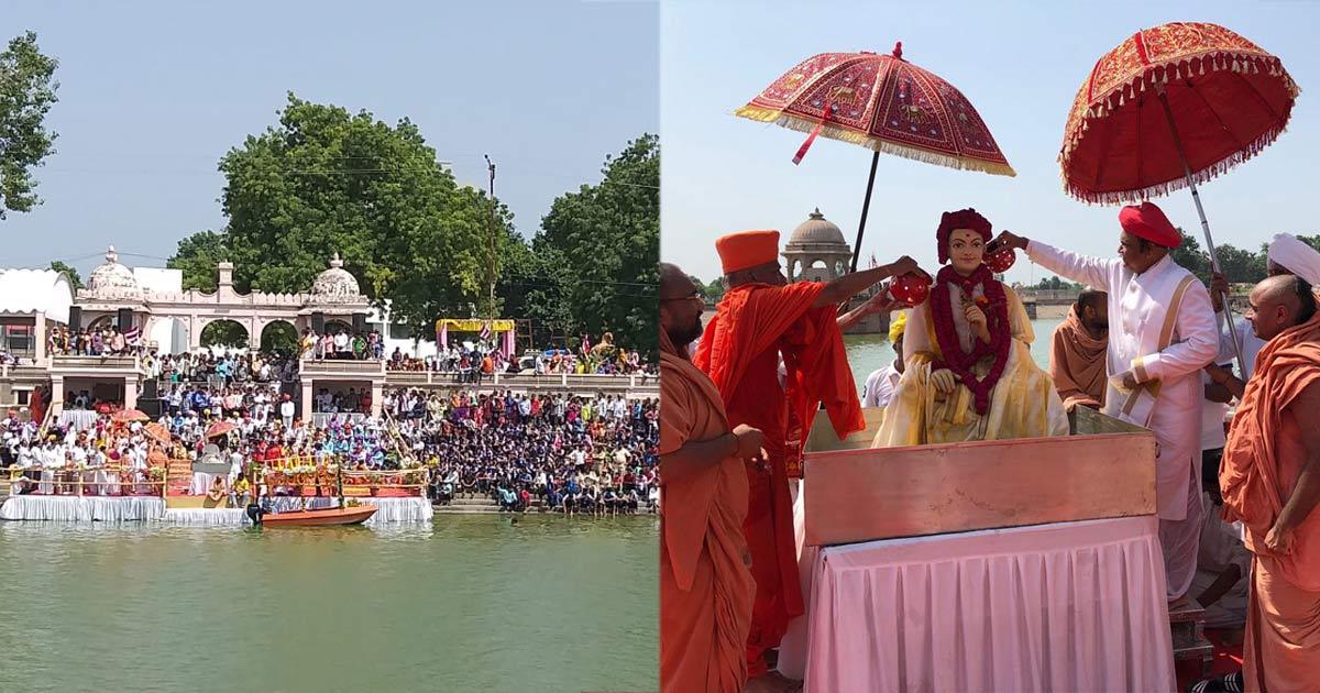 http://www.meranews.com/backend/main_imgs/swaminarayan_jal-jhilani-ekadashi-celebration-at-vadtal-temple_0.jpg?11