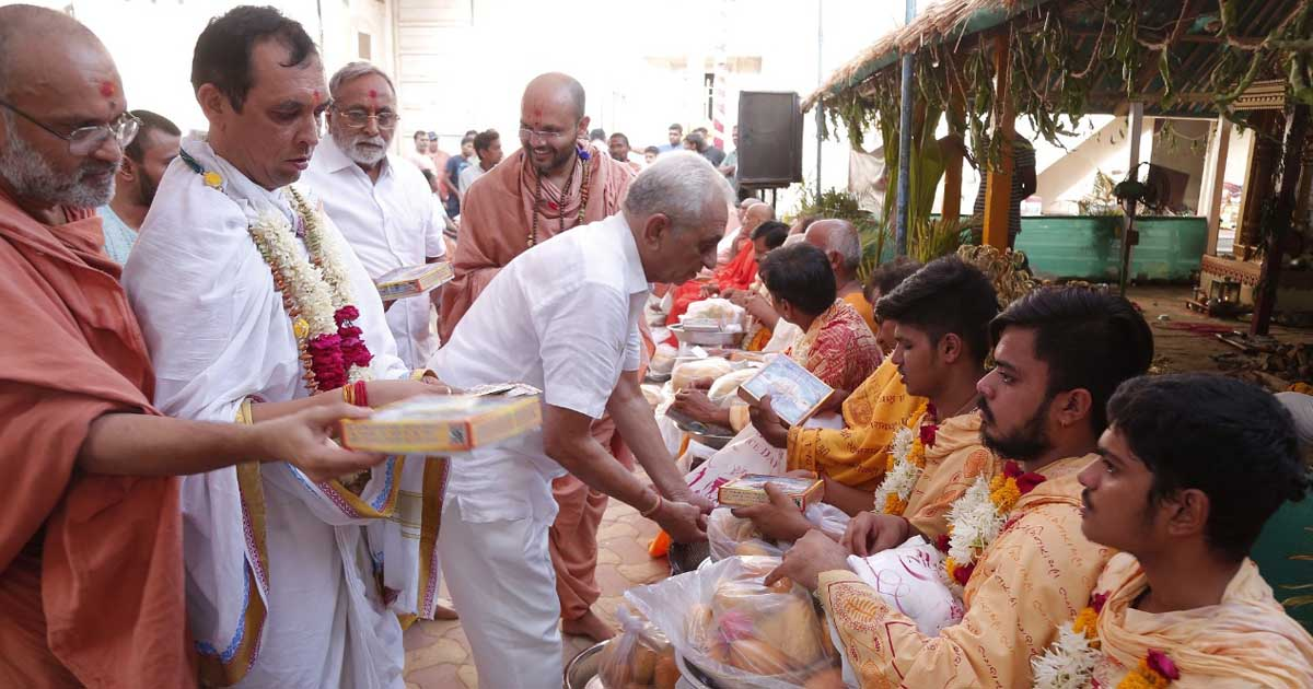 http://www.meranews.com/backend/main_imgs/swamy_month-long-janmangal-mahayag-concluded-at-vadtal-dham_0.jpg?24