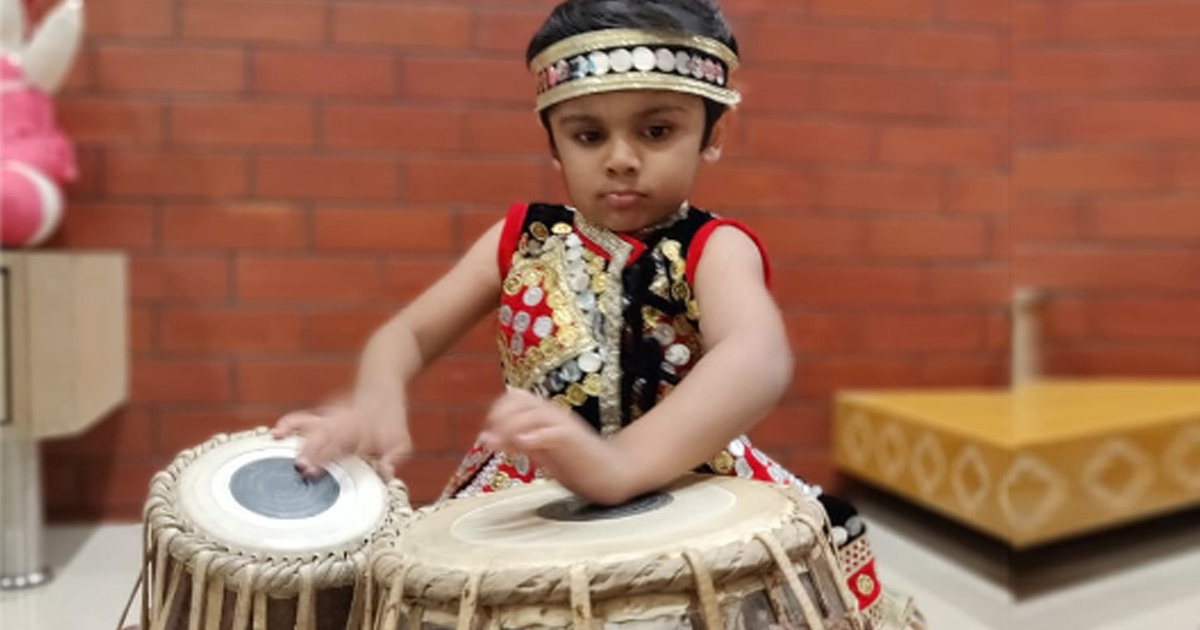 http://www.meranews.com/backend/main_imgs/tabla-boy_rajkot-45-years-kid-playing-tabla-like-a-master_0.jpg?21?38
