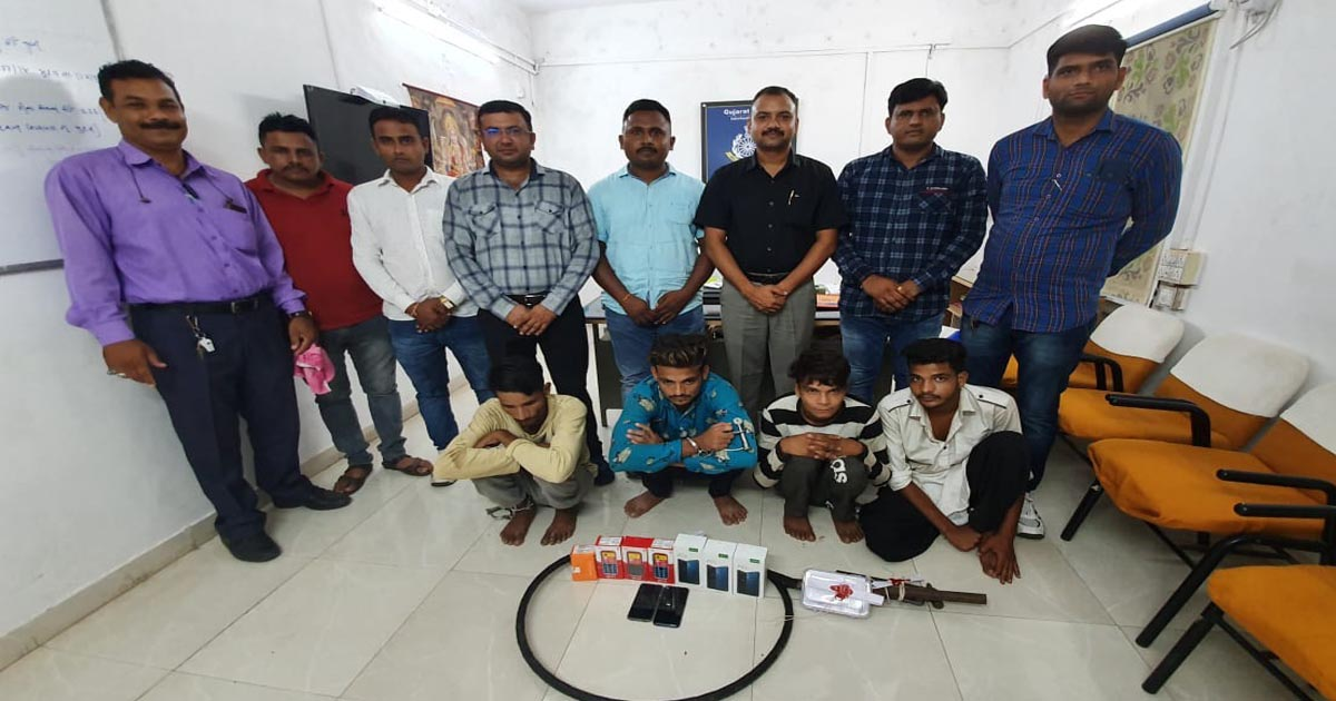 http://www.meranews.com/backend/main_imgs/thievesmobile_sabarkantha-thieves-caught-by-lcb-police-seized-auto-gold_0.jpg?59