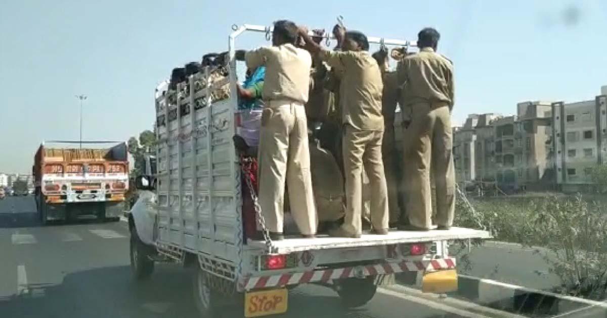http://www.meranews.com/backend/main_imgs/trafficpoliceGujarat_aravalli-violation-of-traffic-rules-by-police-jawans-watch_0.jpg?66?15