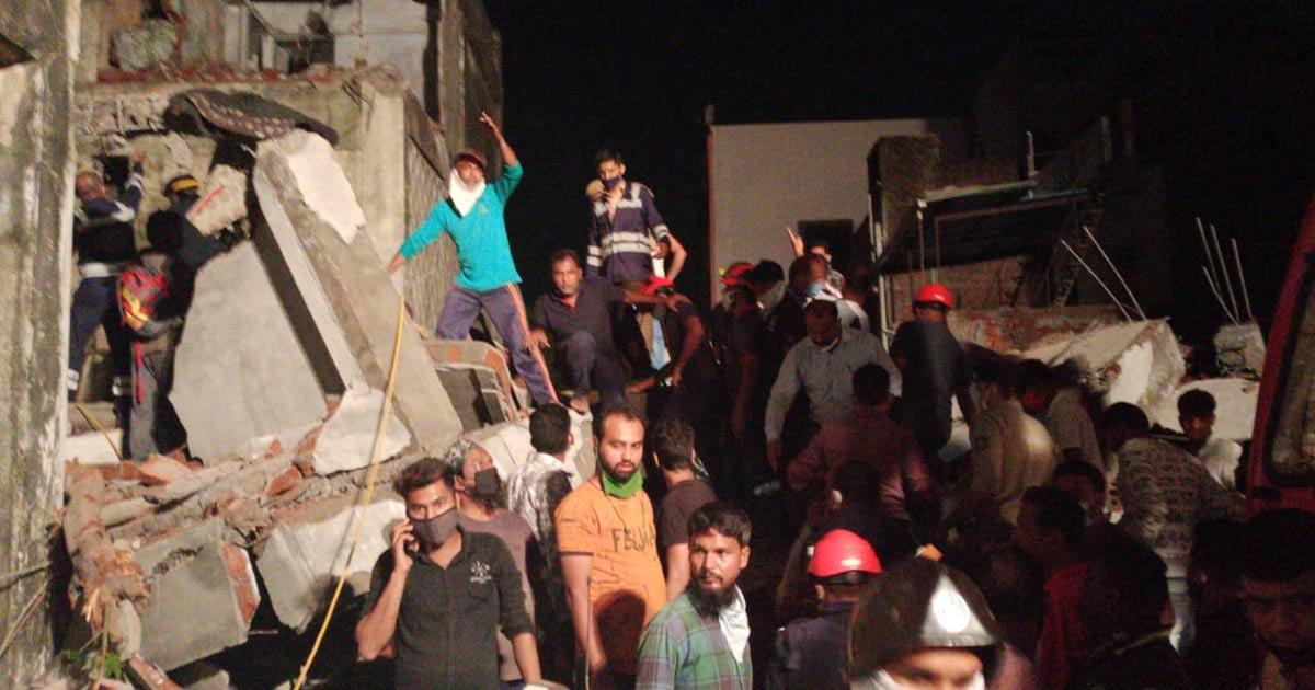 http://www.meranews.com/backend/main_imgs/v0_gujarat-vadodara-late-night-building-collapse_2.jpg?92