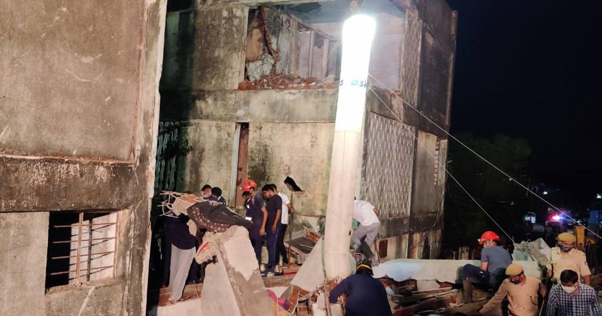 http://www.meranews.com/backend/main_imgs/v2_gujarat-vadodara-late-night-building-collapse_1.jpg?93