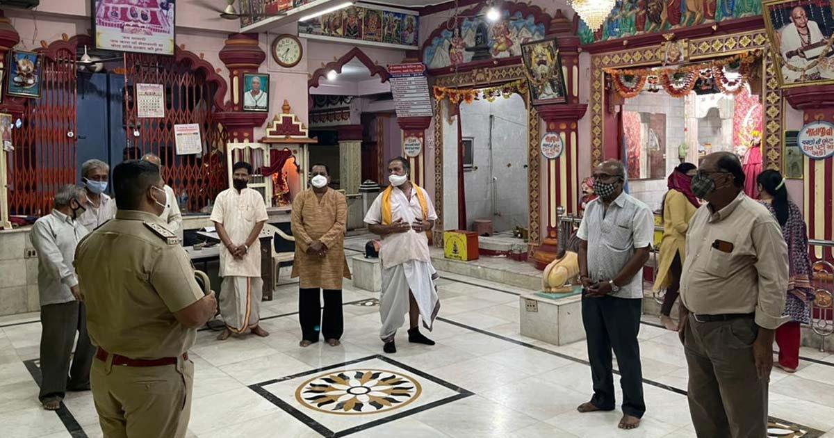 http://www.meranews.com/backend/main_imgs/vadodara-police1_vadodara-police-pi-k-n-lathiya-gujarat-crowd-in-temple_1.jpg?91?59