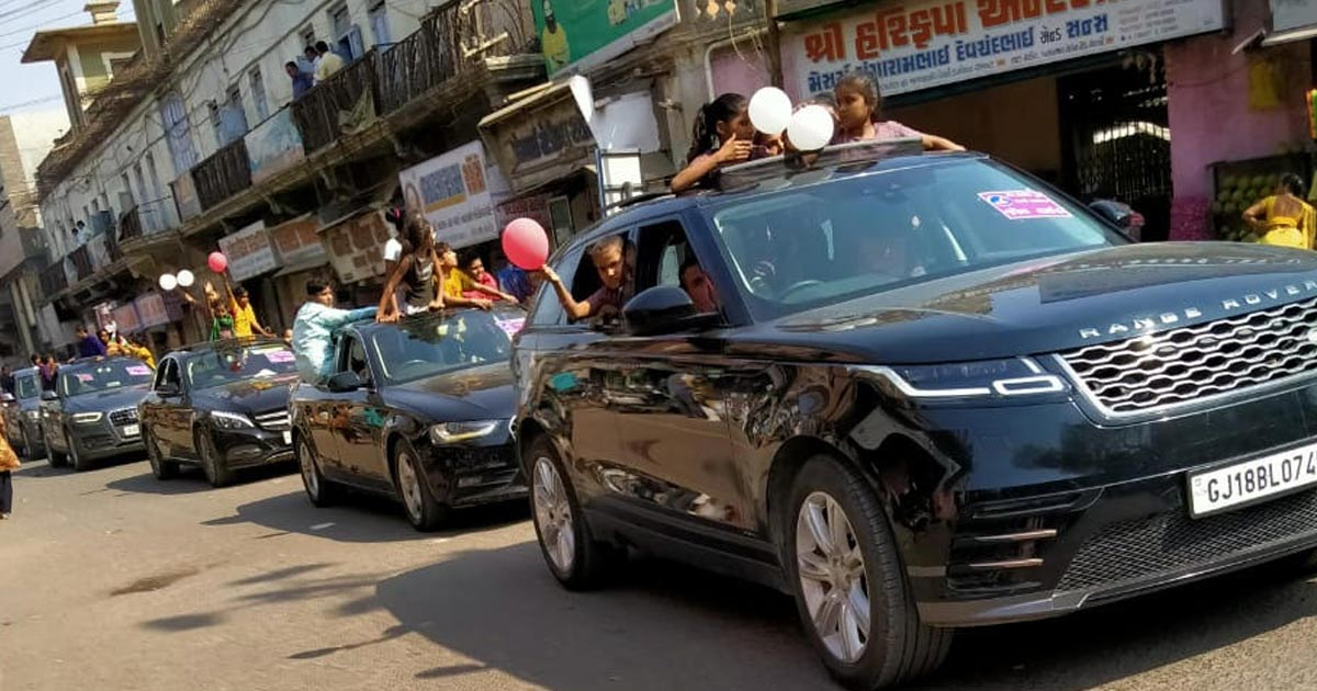 http://www.meranews.com/backend/main_imgs/valentine-day1_valentines-day-poor-kids-are-in-luxurious-cars_1.jpg?67