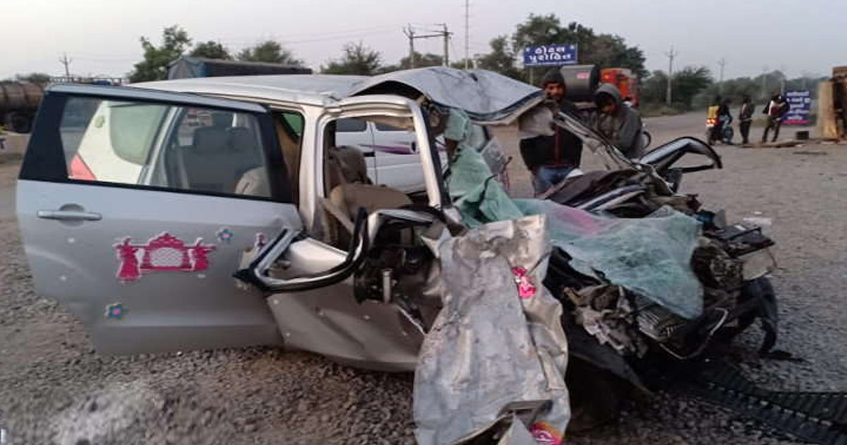 http://www.meranews.com/backend/main_imgs/valsad-accident_valsad-newly-wed-couple-killed-in-car-accident-total-four_0.jpg?71