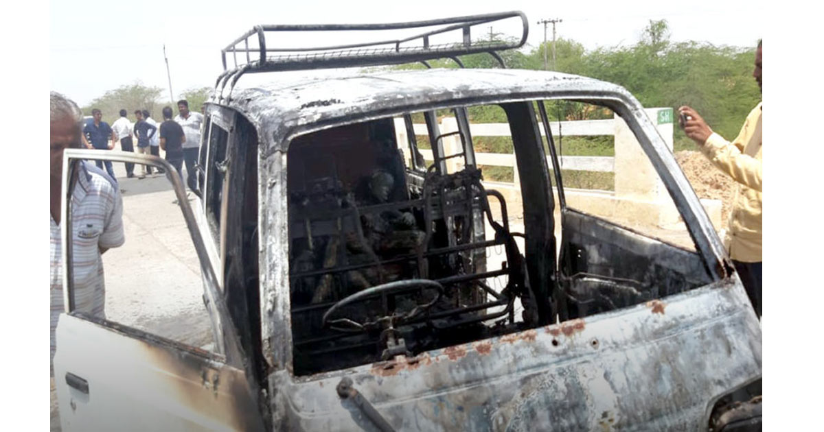 http://www.meranews.com/backend/main_imgs/van-fire_gujarat-van-caught-fire-in-nakhatrana-three-killed-ten-in_0.jpg?38