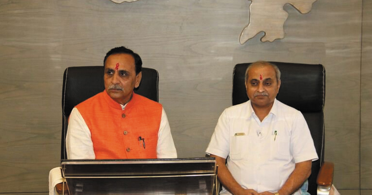 http://www.meranews.com/backend/main_imgs/vijay-rupani-nitin-patel_when-journalists-asked-cm-rupani-is-deputy-cm-nitin-patel-is_0.jpg?98