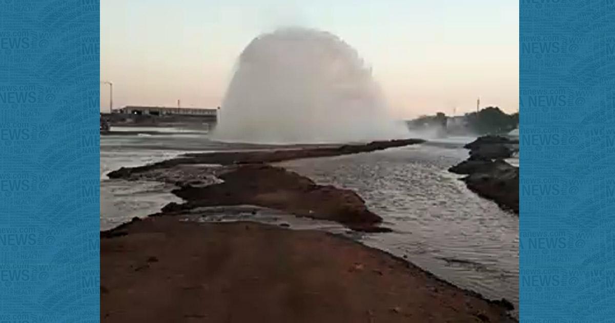 http://www.meranews.com/backend/main_imgs/waterimage_kutch-breach-occurred-in-narmada-pipeline-near-chirai-villa_0.jpg?72