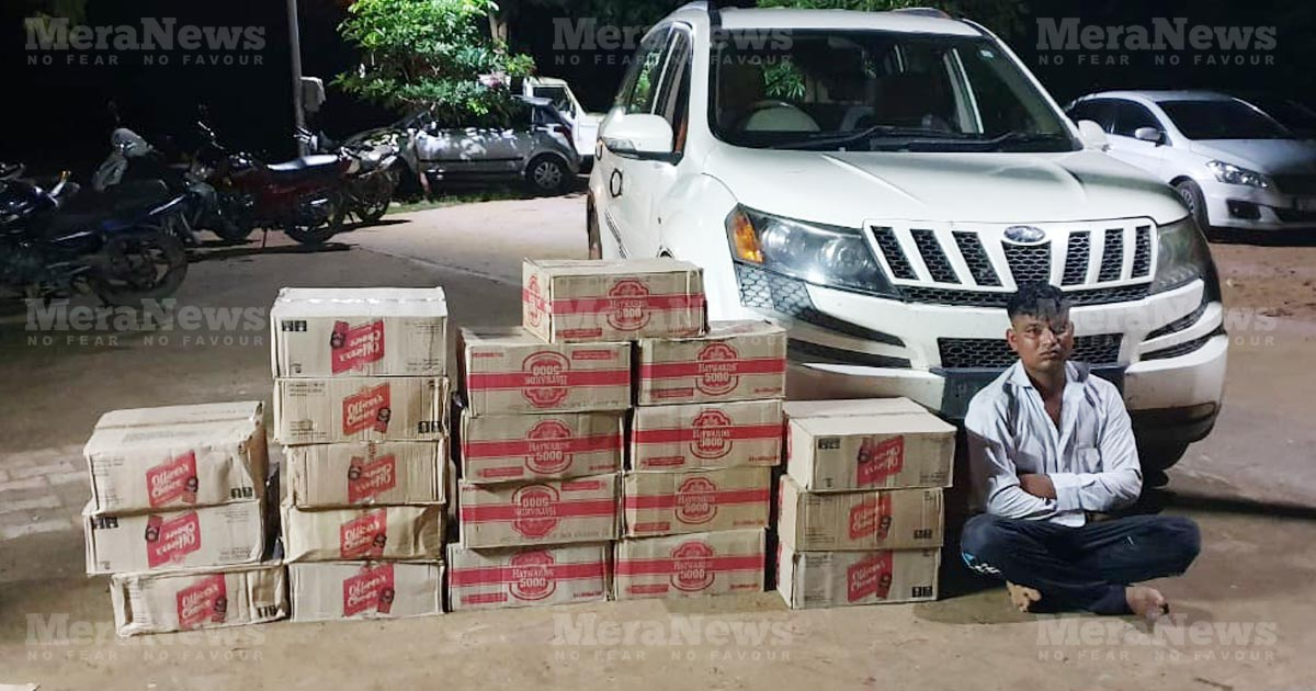 http://www.meranews.com/backend/main_imgs/xuv-car-liqure_sabarkantha-lcb-caught-bootlegger-with-75000-liquor-from-xuv_0.jpg?31