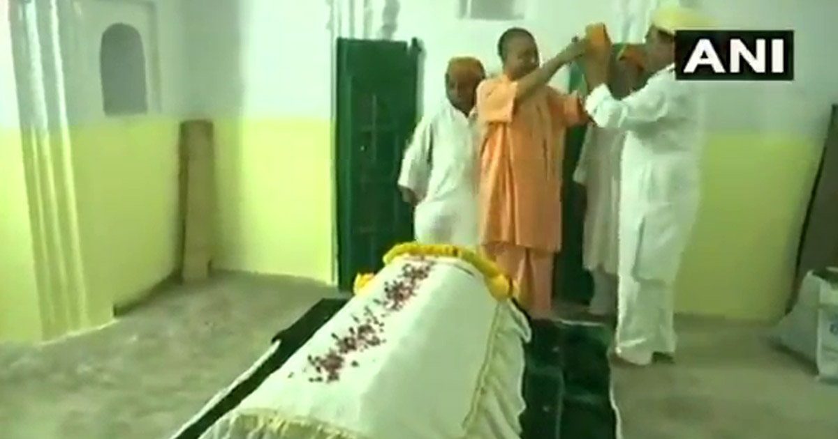 http://www.meranews.com/backend/main_imgs/yogiadityanath_up-cm-yogi-adityanath-refuses-to-wear-karakul-cap-offered-to_0.jpg?34
